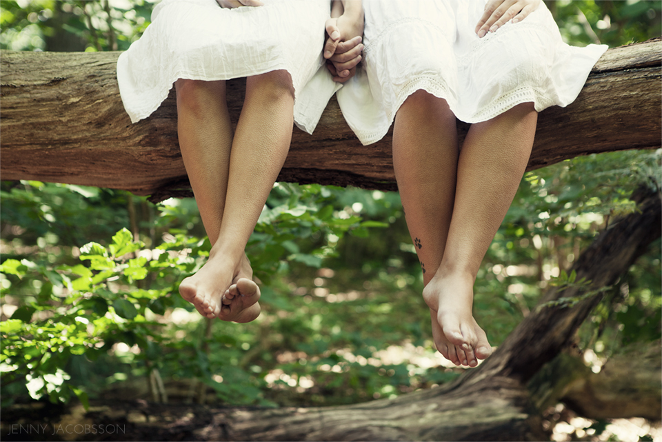 sisters, conceptual, portrait, porträtt, Göteborg, Sweden, syster, feet, holding hands, forest, tree, trunk, log