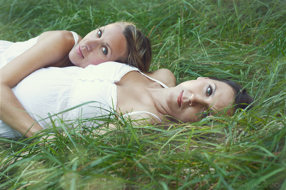sisters, conceptual, portrait, porträtt, Göteborg, Sweden, syster, grass, laying