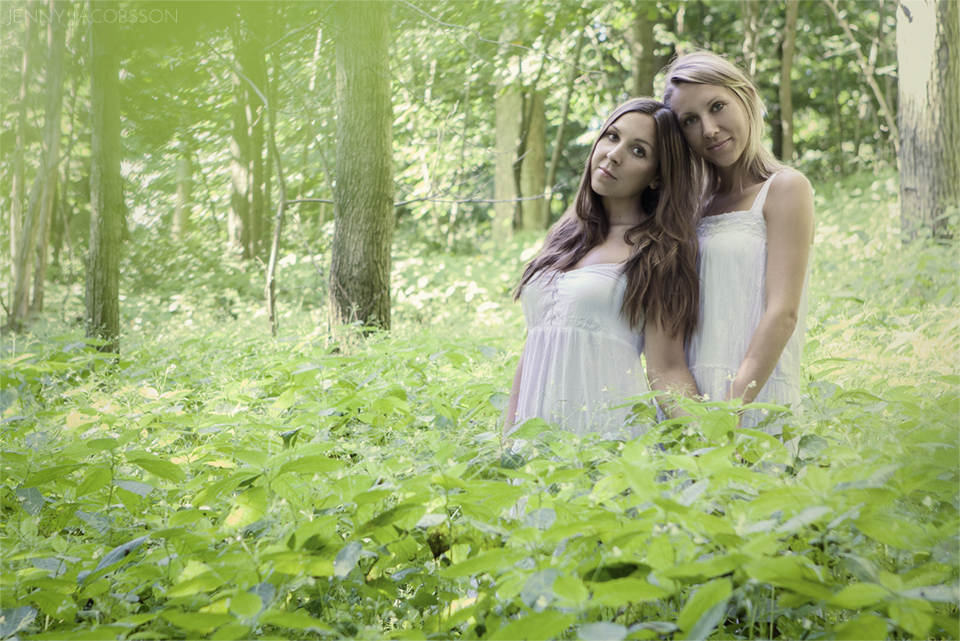 sisters, conceptual, portrait, porträtt, Göteborg, Sweden, syster, forest, greenery